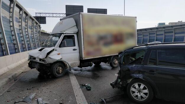 Kierowca forda ranny po zderzeniu z autem dostawczym