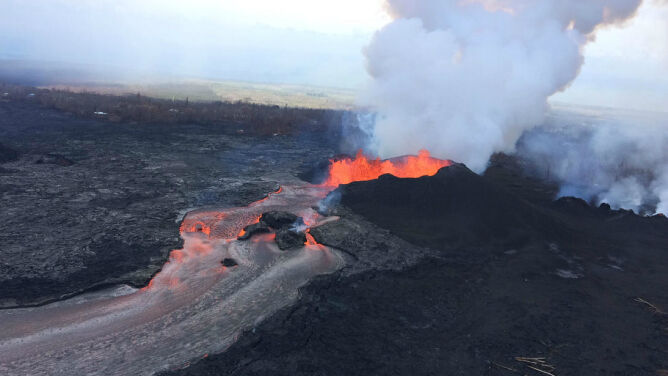 Kolejna erupcja wulkanu. <br />Lawa tryska na wysokość 50 metrów