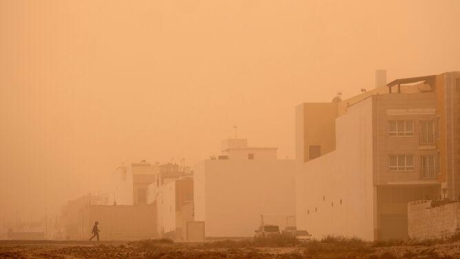 Pył znad Sahary więzi turystów na Kanarach